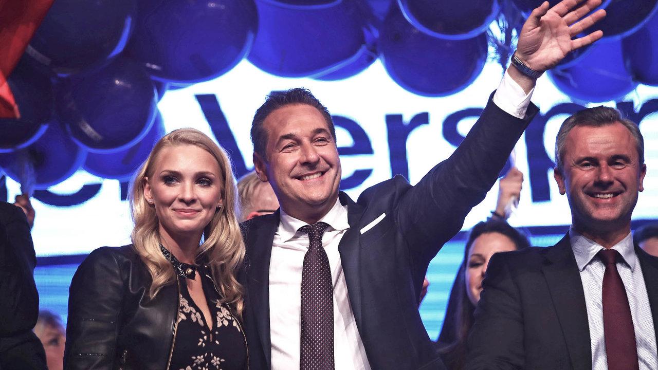 Rakouští Svobodní vyloučili bývalého předsedu strany Heinze-Christiana Stracheho i jeho manželku Philippu Stracheovou.