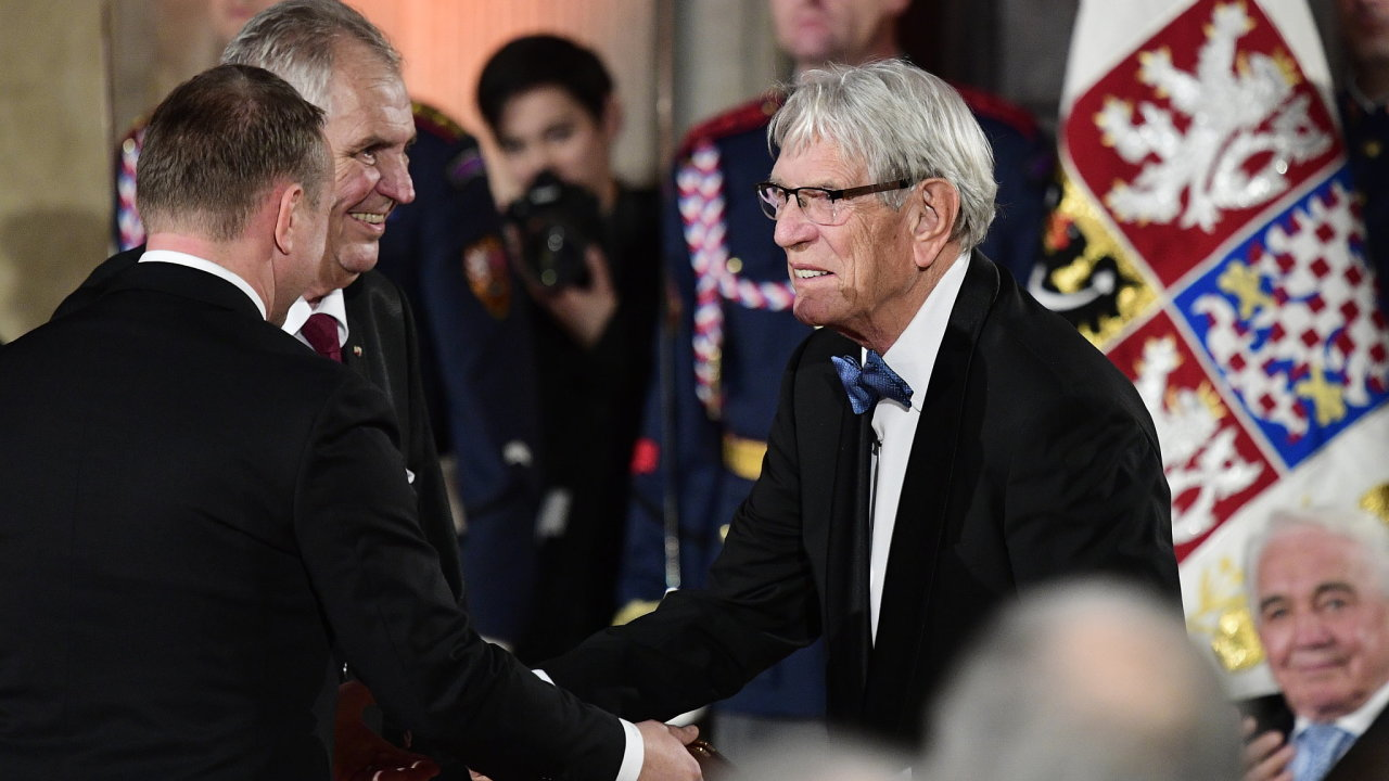 Na snímku z 28. října 2018 přebírá Vadim Petrov (vpravo) ve Vladislavském sále od prezidenta Miloše Zemana (vlevo) medaili Za zásluhy I. stupně.