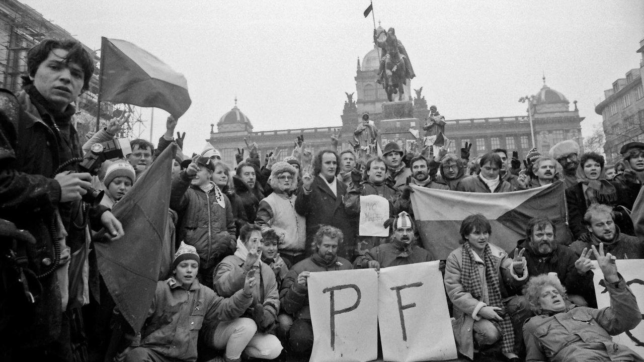 Jiná euforie. Atmosféra roku 1990 už byla odlišná než v listopadu 1989. Revoluční romantika apřekotné tempo událostí opadly, užívali jsme si vše, co bylo poprvé.