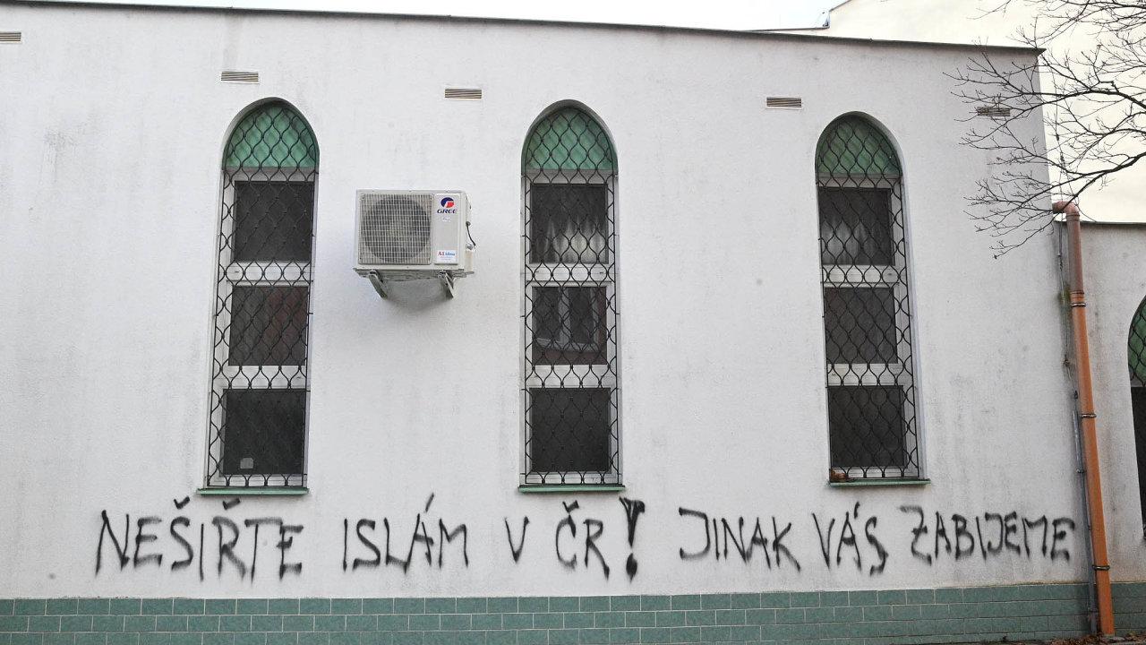 Neznámý pachatel vpátek nasprejoval nazeď brněnské mešity vzkaz