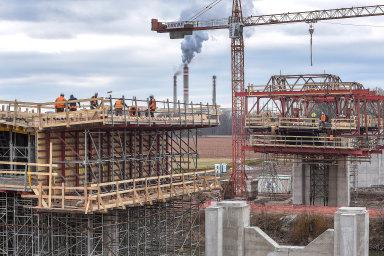 Mírná zima. Stavební sezona letos začíná dříve. Na snímku je stavba dálnice D35 z Opatovic nad Labem. Rušno tu bylo i na přelomu února a března.
