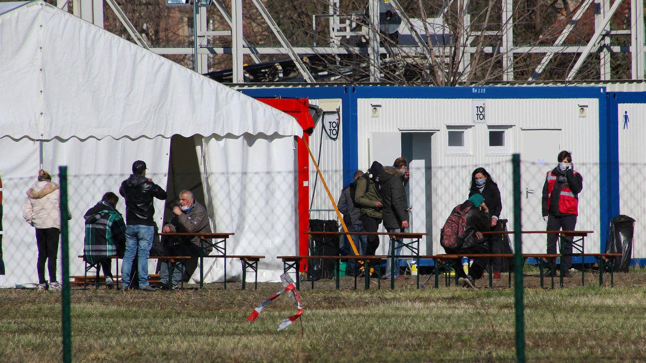 Obce i kraje hledají nejrůznější místa, kde ubytovat v době epidemie bezdomovce. Na snímku stanové městečko v Praze – Tróji, které je určeno právě lidem bez domova.