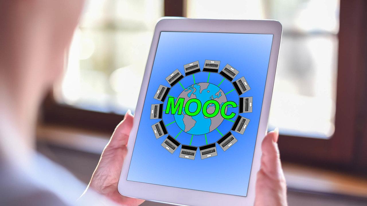 Do MOOC, massive open online courses, česky hromadného vzdělávání posíti, se zapojily stovky vysokých škol a institucí světa, včetně nejprestižnějších univerzit, jako je Harvard, Stanford nebo MIT.