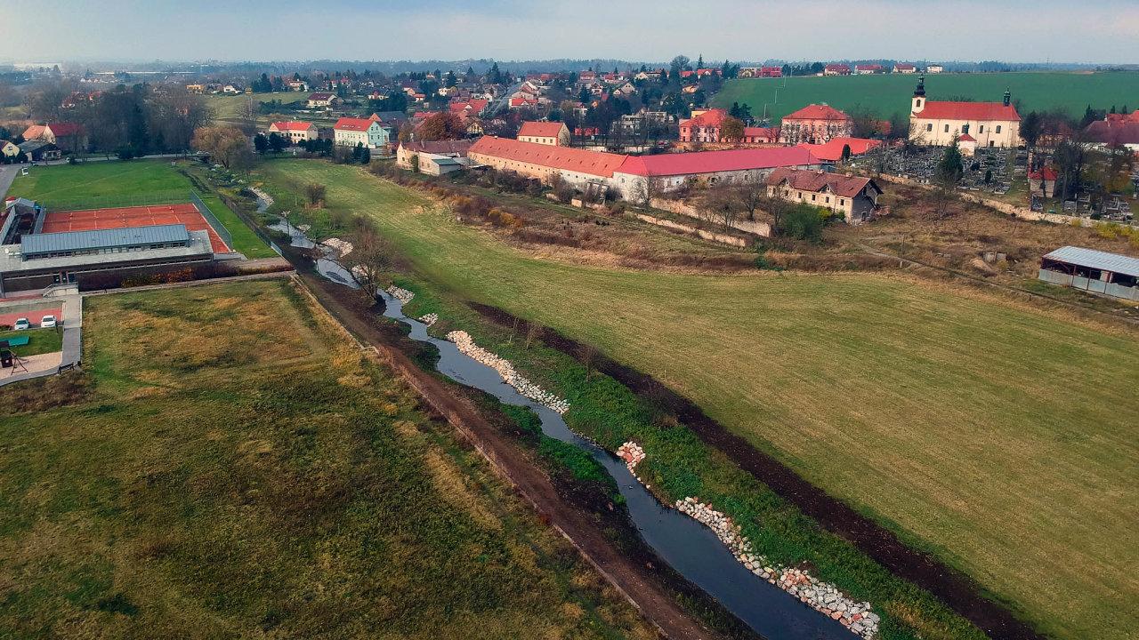 Ministerstvo životního prostředí svyužitím evropských peněz loni pomohlo revitalizovat 19 kilometrů vodních toků. Jedna z takto upravených oblastí je u vesnice Tachlovice.
