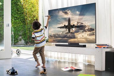 Nejlepší 4K televize v nabídce Samsungu má oslnivý jas a proti loňskému top modelu je levnější.