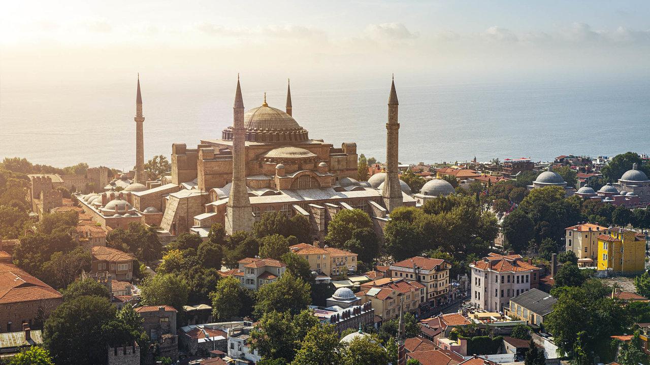 Slavný chrám Hagia Sofia patří mezi turisty velmi vyhledávaná místa vTurecku.