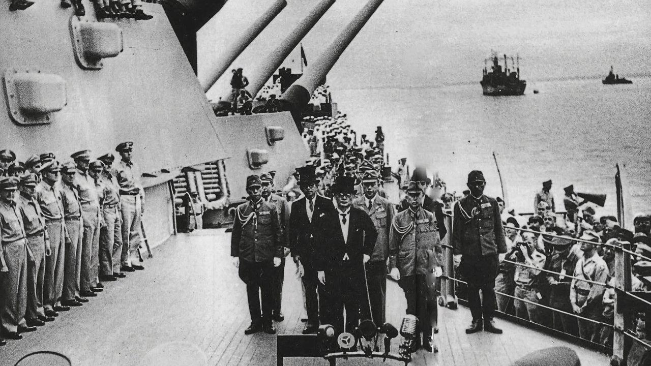 Podpis bezpodmínečné kapitulace Japonska na palubě americké námořní bitevní lodi USS Missouri zakotvené v Tokijském zálivu.