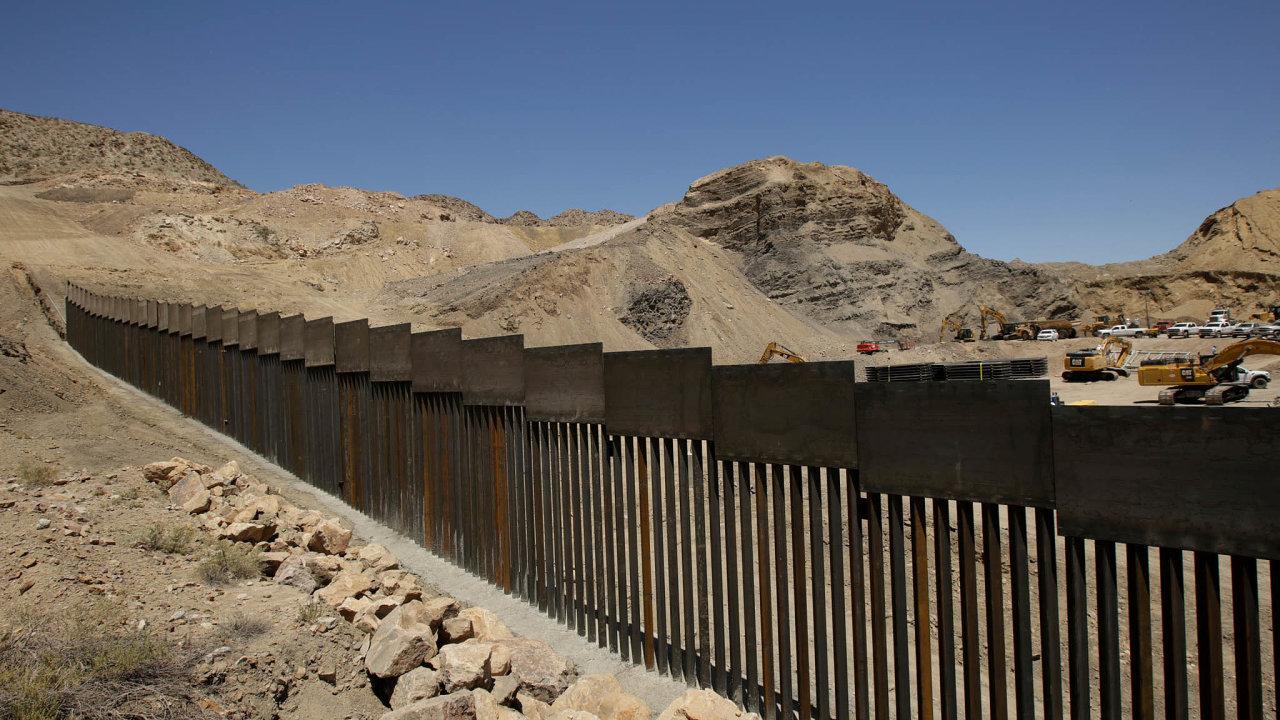 Migrace jako téma. Americký prezident Donald Trump slíbil svým voličům zeď nahranicích sMexikem jako účinné opatření proti masové imigraci. Před prezidentskými volbami rychle rozjela její stavba.