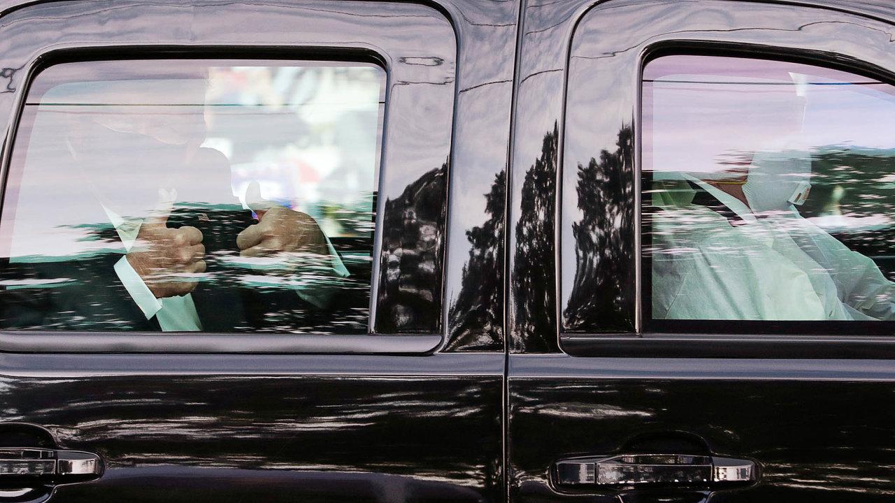 Americký prezident Donald Trump nakrátko opustil vojenskou nemocnici, vníž se léčí znemoci covid-19, aby během projížďky vopancéřovaném voze pozdravil davy svých stoupenců.