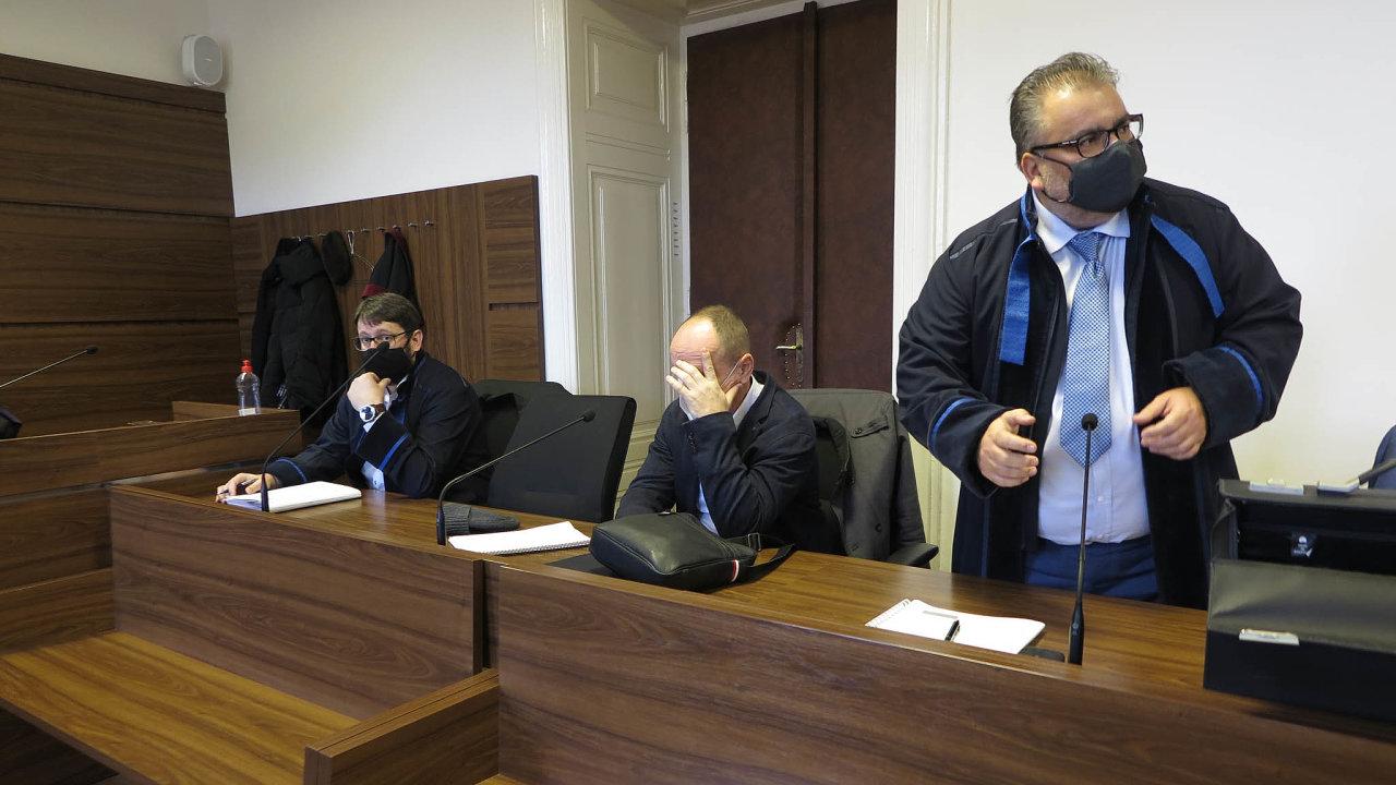 Elitní úředník finanční správy Jiří Jung (uprostřed) může zakorupci azneužití pravomoci dostat až 12 let vězení.