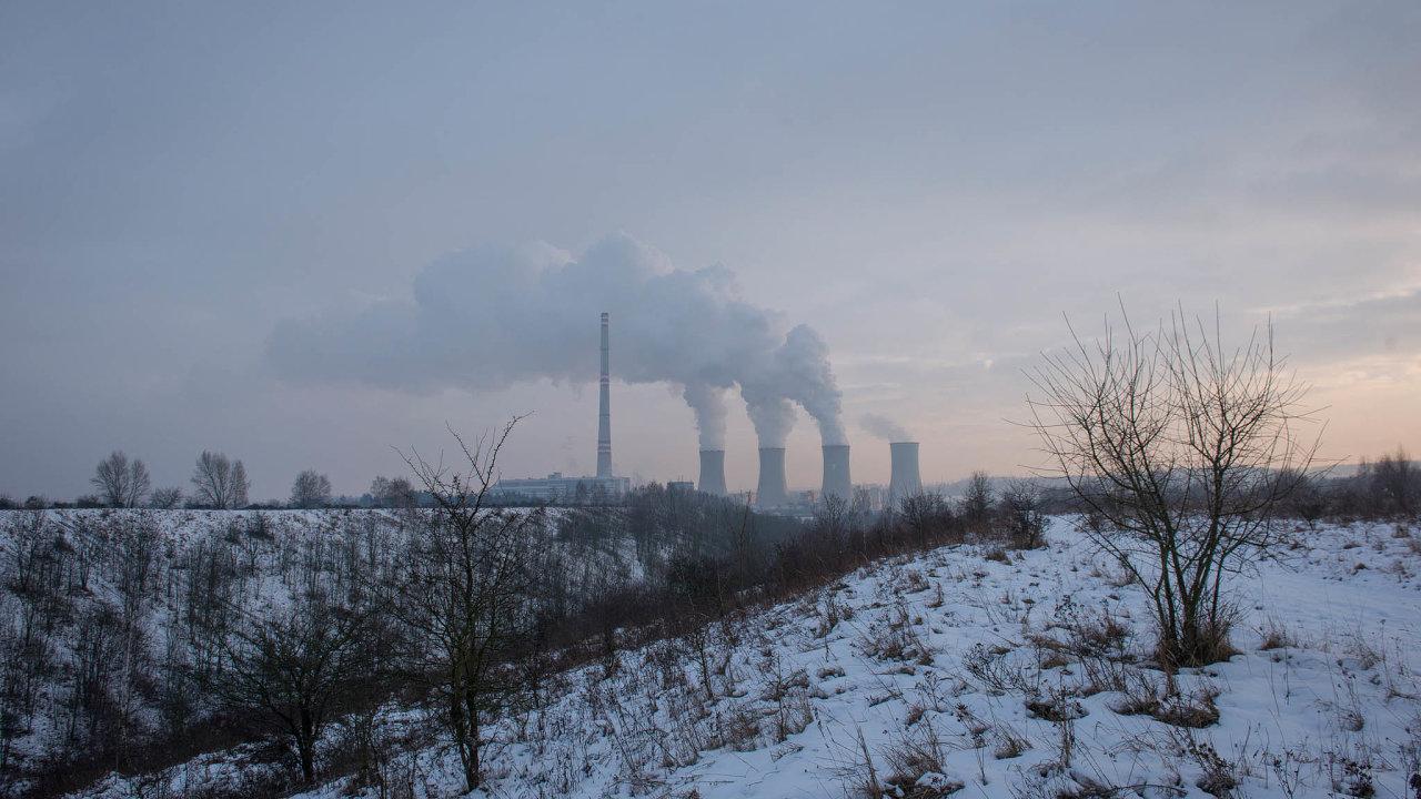 Nový příběh Chvaletic. Pohled na elektrárnu Chvaletice od severu, tedy přes jedno ze dvou starších odkališť, kde bude probíhat těžba manganové rudy v druhé fázi.