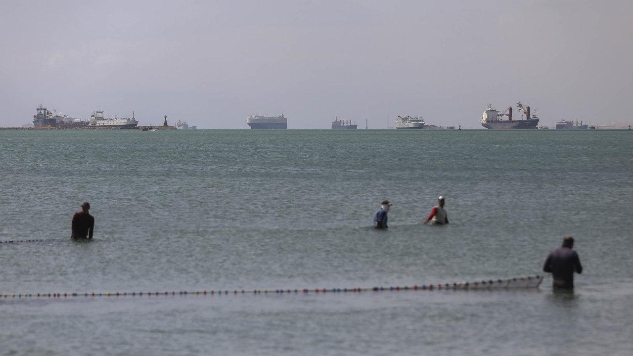 Od uvolnění zablokovaného plavidla v pondělí večer touto vodní cestou proplulo na 30 lodí, přes 300 dalších jich však stále čeká.