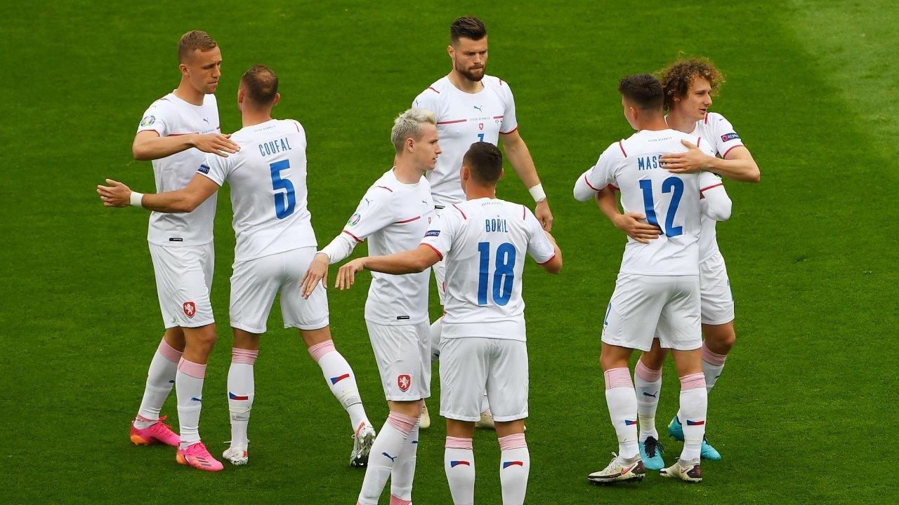 Fotbalisté Česka při utkání se Skotskem na fotbalovém mistrovství Evropy.