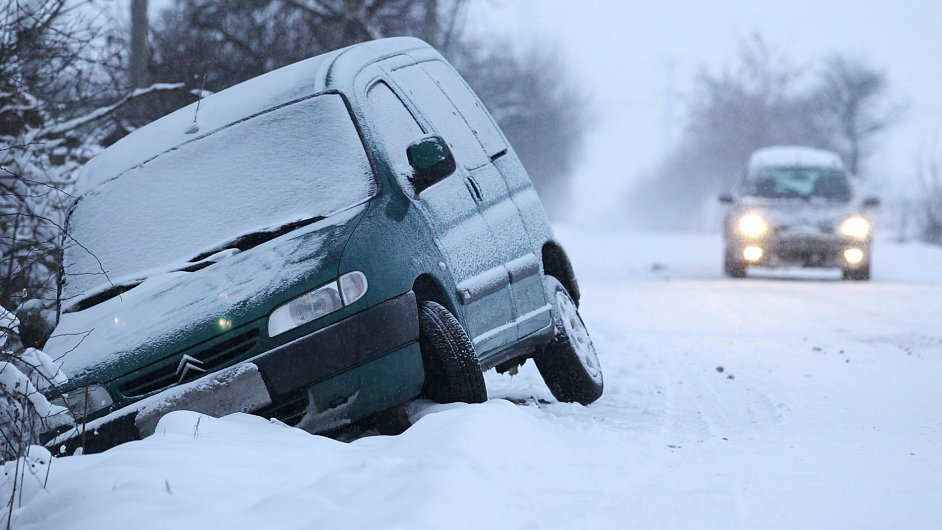 Jízdu řidičům ztěžuje sníh i špatná viditelnost, ilustrační foto