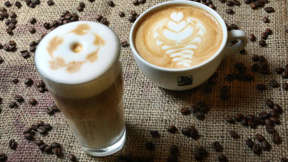 Caffe latte a caffe latte macchiato, u něj se jako první do šálku připraví mléko, pozná se tedy i podle typické kávové tečky na povrchu.