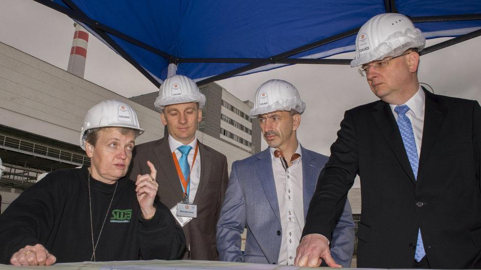 Předsedkyně Státního úřadu pro jadernou bezpečnost Dana Drábová, ministr průmyslu Martin Kuba (druhý zprava) a premiér Petr Nečas při návštěvě v Jaderné elektrárně Temelín.