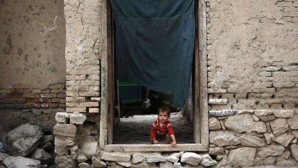 Do K�bulu se diplomat�m vracet nechce, a kdo m�e, hled� cesty ze zem�.