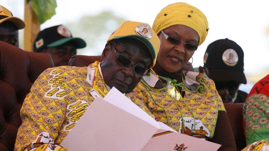 Robert Mugabe (na snímku s manželkou)