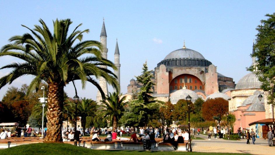 Hagia Sofia se nachází v turisticky nejnavštěvovanější oblasti města: Sultanahmet.