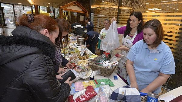 Michaela Chaloupková pomáhá na vánočním charitativním jarmarku ČEZ