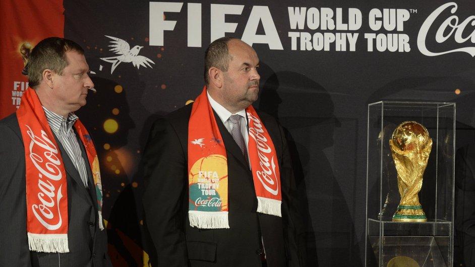 Miroslav Pelta a Pavel Vrba (vlevo) odhalili trofej pro fotbalové mistry světa.