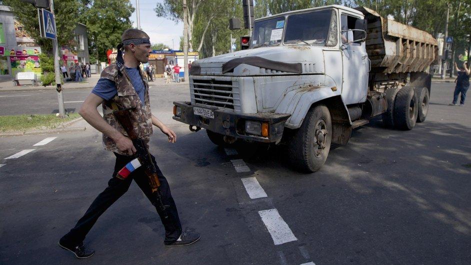 Proruský voják v Doněcku