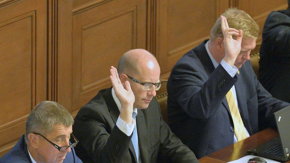Zleva ministr financí Andrej Babiš, premiér Bohuslav Sobotka a ministr pro vědu, výzkum a inovace Pavel Bělobrádek při hlasování sněmovny 10. září