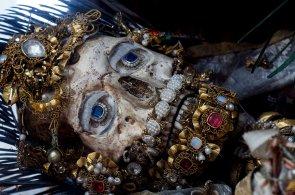 Dříve uctívaní, teď zapomenutí. V chrámech leží kostlivci zahalení do šperků