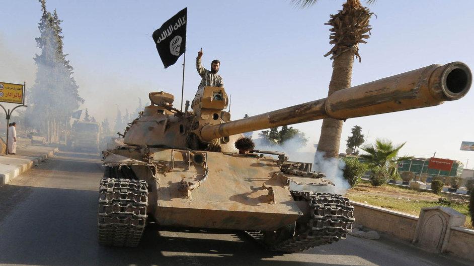 Islámský stát má nyní okolo třiceti tisíc bojovníků a ovládá rozsáhlá území v Sýrii a v Iráku (na snímku jeho bojovníci v syrském městě Rakká).