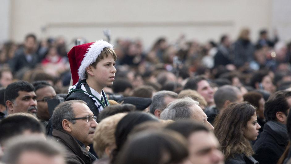 Lidé naslouchají papežovu požehnání.