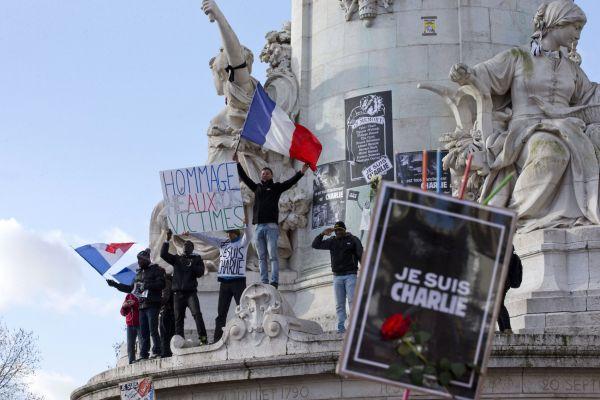 Každý chce být součástí pařížského pochodu za Charlie Hebdo.