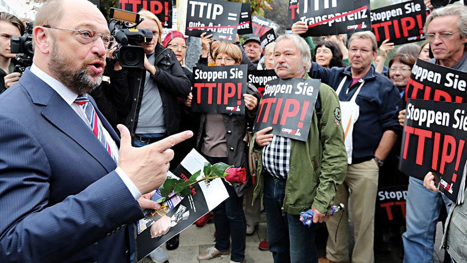 Teď vám vysvětlím, proč se to vyplatí. (Šéf Evropského parlamentu Martin Schulz s odpůrci TTIP)