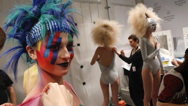Z��iv� barvy tv��e i t�la. Kosmetika Maybelline slavila v Berl�n� 100 let