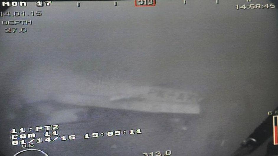 Křídlo letounu AirAsia na dně moře