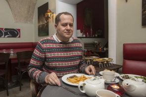 Firmy by měly aktivně pracovat s Twitterem, říká nad steakem manažer Vašíček