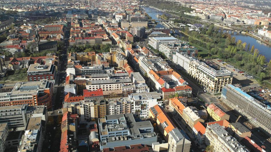 Letecký pohled na Karlín, kde je vidět pozemek u řeky, na kterém budou nové bytovky stát.