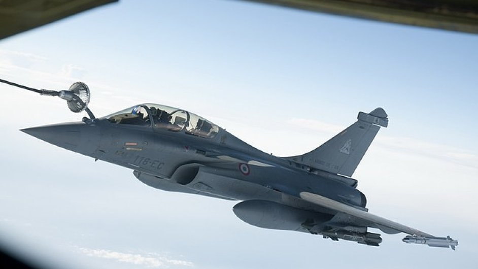 Francouzsk bojov letoun Rafale tankuje ve vzduchu