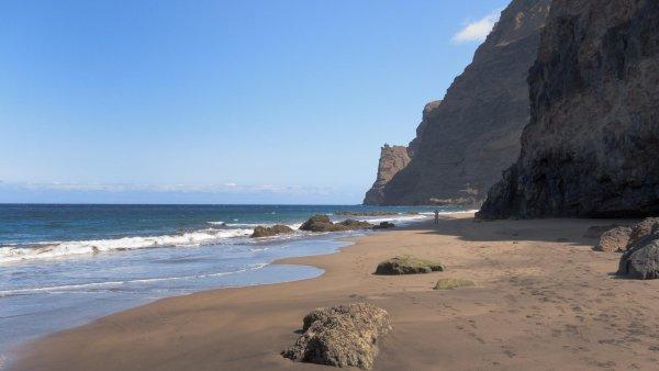 Ostrov Gran Canaria: Utajen� pl�, trek do hor, biofarma �i nocleh v jeskyni