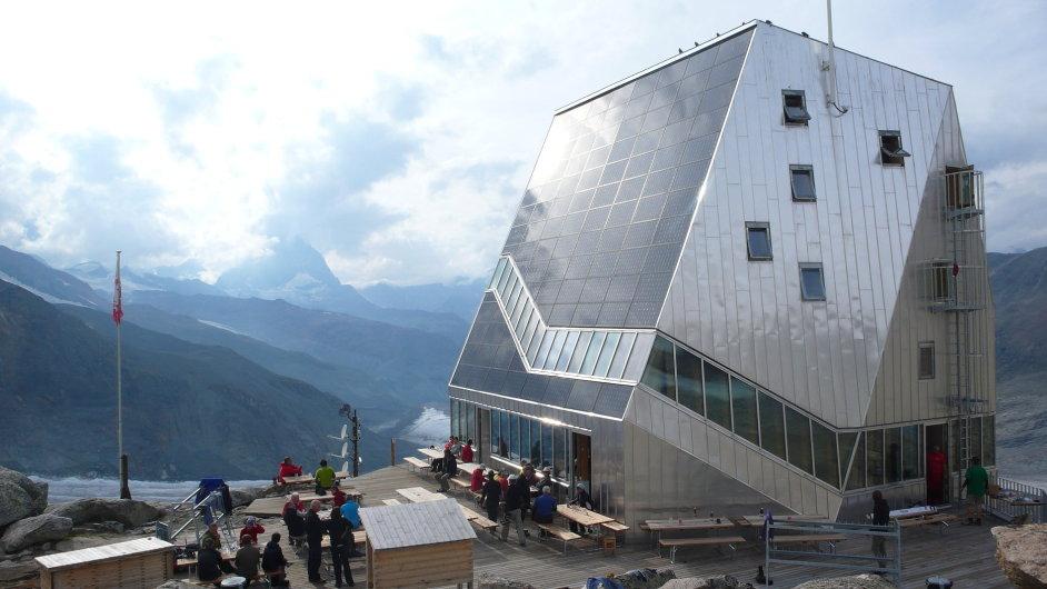 Chata Monte Rosa má jižní stranu pokrytou fotovoltaickými panely.