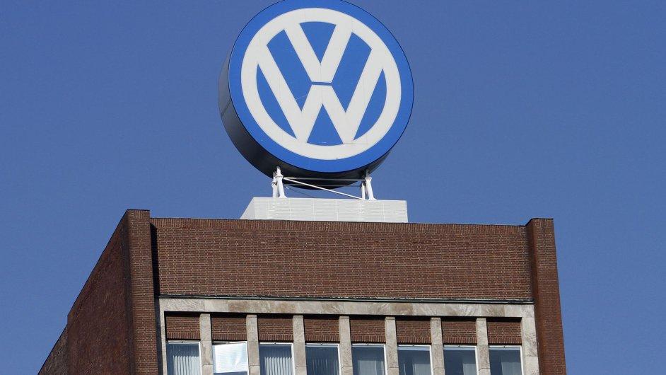 Logo Volkswagenu na budově sídla automobilky ve Wolfsburgu