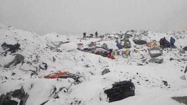 Fotka tábora na Mount Everestu poté, co se tudy prohnala lavina.