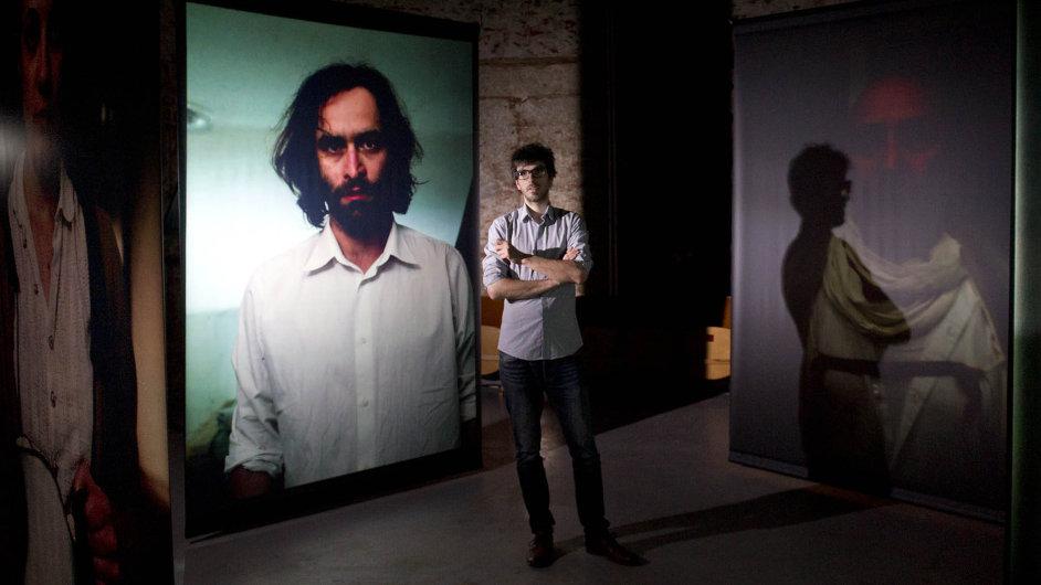 Režisér Ivo Kristián Kubák uprostřed vizuální instalace Golem Cube, která je součástí programu scénografické přehlídky Pražské Quadriennale.