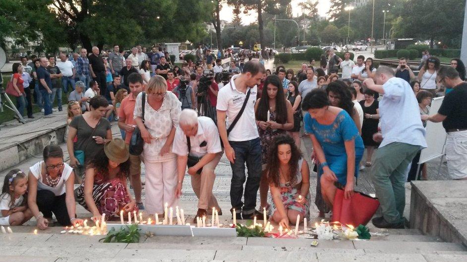 V albánské metropoli Tiraně se konalo pietní shromáždění, lidé uctili památku dvou českých turistů.