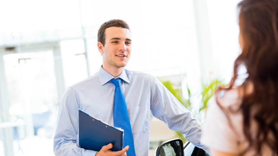 Prodej životního pojištění v Česku silně závisí na doporučeních poradců nebo zprostředkovatelů, kteří nabízejí tento i další finanční produkty.