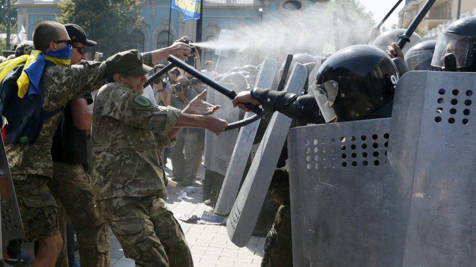 Při střetech mezi nacionalisty a bezpečnostními složkami před ukrajinským parlamentem vybuchl granát.