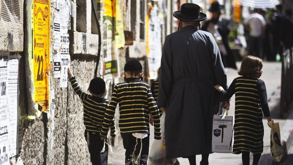Ultraortodoxní Žid kráčí v ulicích Jeruzaléma.