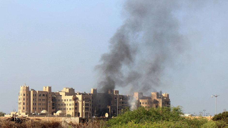Hotel v Jemenu, kde dočasně sídlí vláda a který zasáhly rakety.