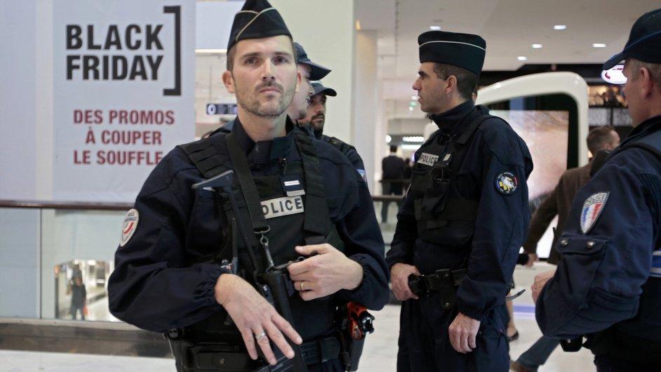 Francouzská vojenská patrola ve městě Nice.