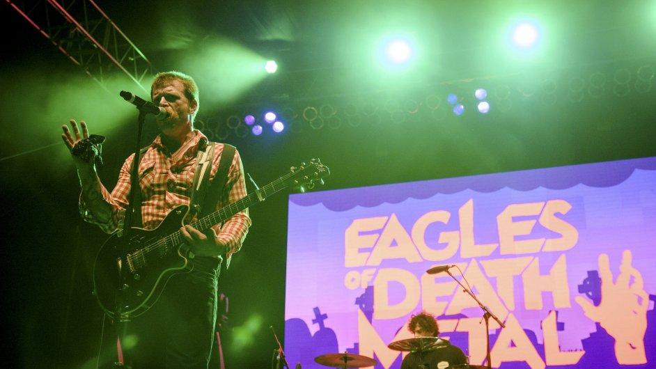 Na snímku ze staršího koncertu v Kalifornii Jesse Hughes (vlevo) a Joey Castillo z rockové kapely Eagles of Death Metal.
