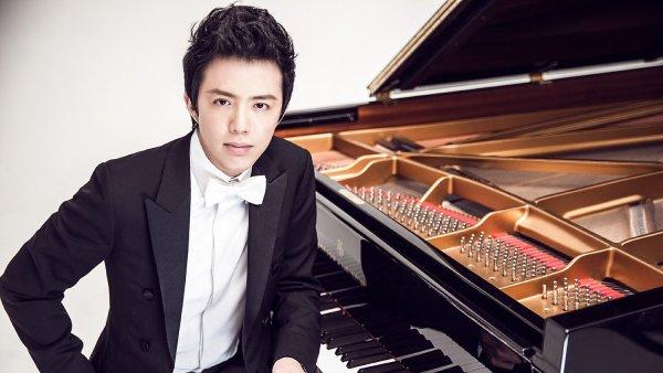 Čínský klavírista Li Jün-ti roku 2000 vyhrál Chopinovu mezinárodní klavírní soutěž ve Varšavě.